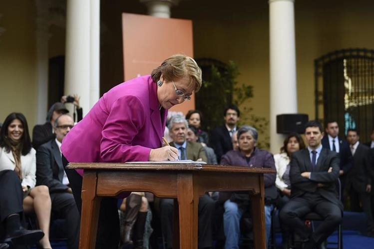 La presidenta de Chile, Bachelet, anuncia segunda etapa para reformar la Constitución de Chile.(Foto Prensa Libre: EFE).