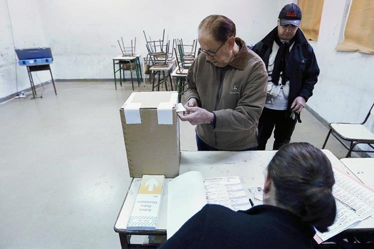 Ciudadanos argentinos votan en un colegio de Buenos Aires, Argentina. (Foto Prensa Libre:EFE).