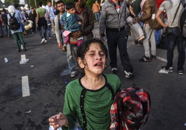 Refugiados rompen los cordones seguridad el paso fronterizo de Horgos.