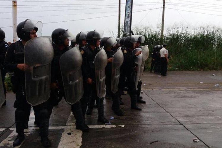 Los manifestantes fueron desalojados con gas pimienta en el km 163 de la ruta CA2 Occidente. (Foto Prensa Libre: Cristian Soto)