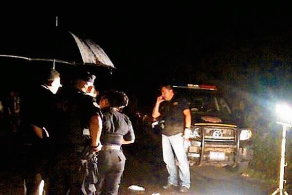 Dos cadáveres fueron hallados en un barranco entre San Francisco Zapotitlán y Pueblo Nuevo, Suchitepéquez. (Foto Prensa Libre: Omar Méndez)