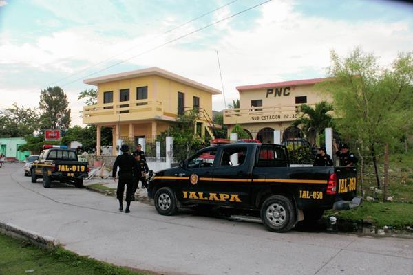 Sede policial  de San Manuel Chaparrón, en donde fueron capturados el  jefe de la subestación y   un agente. (Foto Prensa Libre: Hugo Oliva)