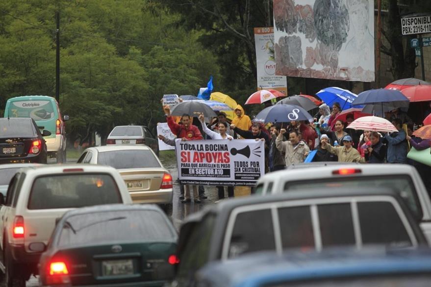 Vecinos exigen a la comuna de Mixco su intervención en el derrumbe que afecta San Cristóbal. (Foto prensa Libre: Edwin Bercián)