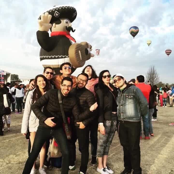Fotografía proporcionada por Mercedes de la Fuente. Amy Huang, izquierda, es acompañada de amigos en un festival de globos de aire caliente en Teotihuacan, México. Huang era originaría de Taiwán murió en el terremoto. (AP).