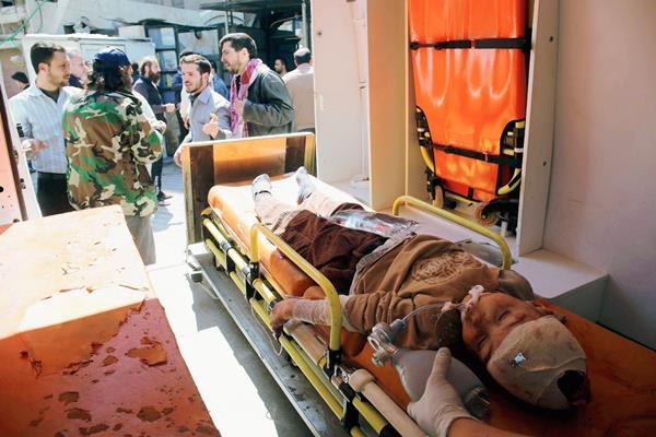 Un niño herido yace en una camilla dentro de una ambulancia. Los ataques del Gobierno a los rebeldes han dejado múltiples civiles heridos. (Foto Prensa Libre. AP).