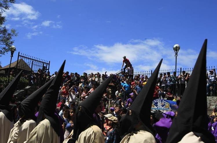 Nazarenos de la Procesión del Calvario con antifaz negro. (Foto: Hemeroteca PL)
