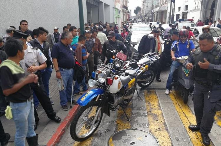 La balacera habría ocurrido supuestamente cuando intentaron asaltar a los tripulantes de un vehículo quienes iban armados y repelieron el ataque. (Foto Prensa Libre: Esbin García)