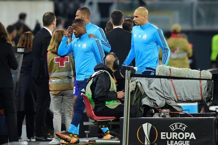 Durísima sanción a Patrice Evra por pegarle una patada a un hincha