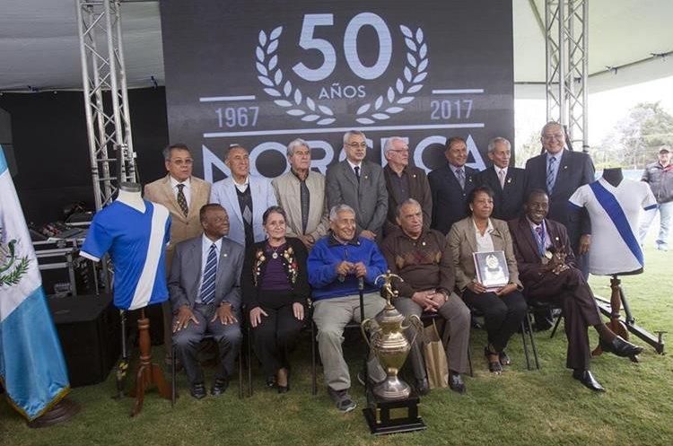 La fotografía oficial de la conmemoración de las Bodas de Oro del título conseguido por Guatemala en el Norceca de 1,967.