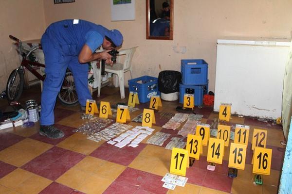 <p>Fiscales del MP contabilizan lo incautado en una de las viviendas, en  Santa Elena, Flores, Petén. (Foto Prensa Libre: Rigoberto Escobar)</p><p></p><p></p>
