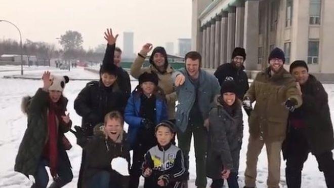 Antes del arresto, todo era alegría para Otto Warmbier (cuarto hombre de derecha a izquierda) y sus compañeros del tour en Corea del Norte.