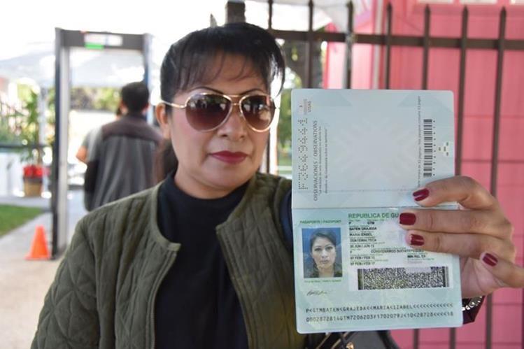 La falta de pasaportes evidencia el abandono del Estado hacia los 2.5 millones de guatemaltecos que radican en Estados Unidos. (Foto Prensa Libre: EFE)