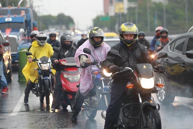 Motoristas suelen comprar artículos de poco precio pero que son más riesgosos. (Foto Prensa Libre: Érick Ávila)