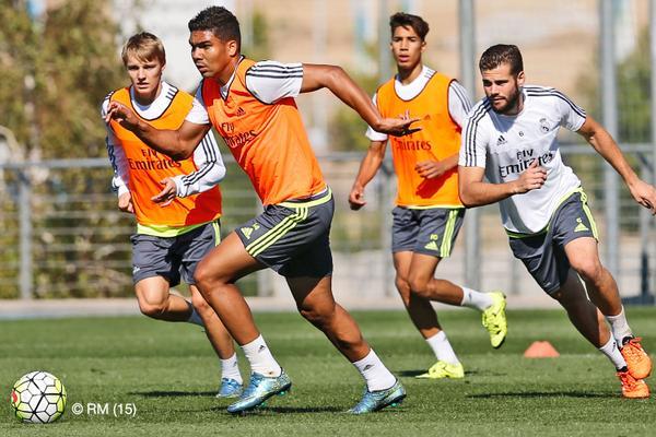 Los jugadores del Real Madrid corren por el balón durante el entrenamiento de esta mañana. (Foto Prensa Libre: Realmadrid.com)
