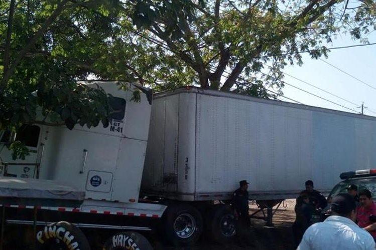 Agentes policiales resguardan tráiler accidentado en Tecún Umán, San Marcos. (Foto Prensa Libre: Alexánder Coyoy)