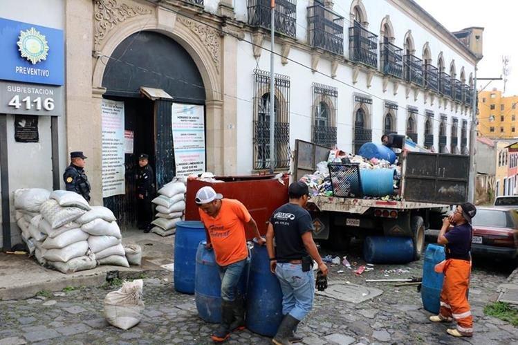 Trabajadores municipales retiran basura del preventivo para hombres de Quetzaltenango. (Foto Prensa Libre: Carlos Ventura)