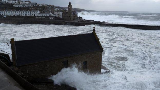 Las autoridades colocaron barreras contra las inundaciones en Cornwall para proteger a los pueblos costeros. PA