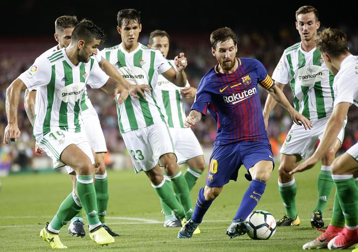 Dicen que Lionel Messi está solo, tanto así que todos los jugadores del Betis le cuidaron cada movimiento. (Foto Prensa Libre: AP)