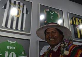 """Evo Morales, presidente de Bolivia, frente a piezas exhibidas en su museo """"personal"""". (Foto Prensa Libre: AFP)."""