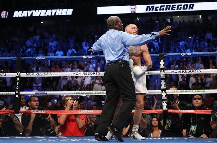 Momento en el que el árbitro Robert Byrd detiene el combate en el décimo asalto.