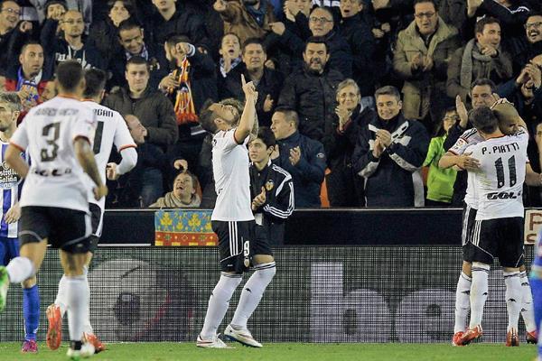 El delantero del Valencia Paco Alcácer (centro) celebra tras marcar el segundo gol ante el Deportivo de La Coruña. (Foto Prensa Libre: EFE).