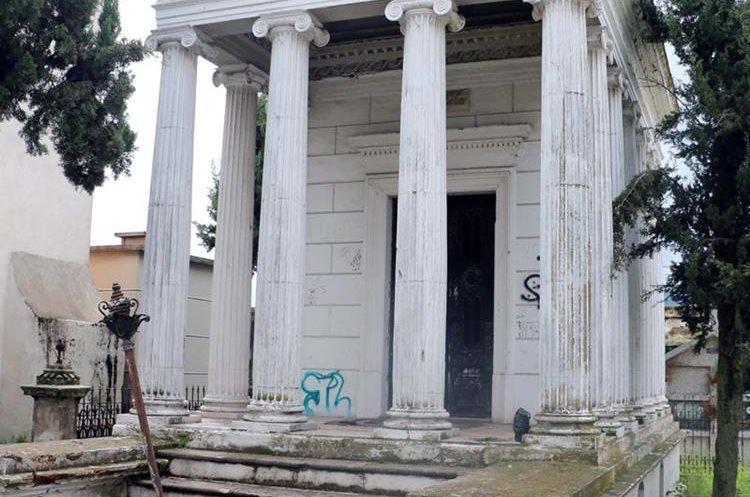 El panteón del expresidente Manuel Estrada Cabrera tiene daños. (Foto Prensa Libre: Carlos Ventura)