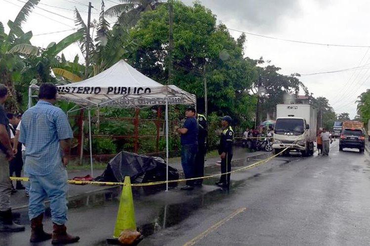 Madre e hija muerieron al chocar contra camión, en Morales, Izabal. (Foto Prensa Libre: Dony Stewart)
