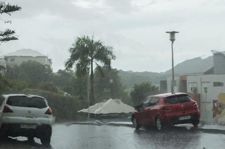 La isla francesa de Guadalupe comienza a sentir los efectos de la llegada del huracán Irma.(AFP).