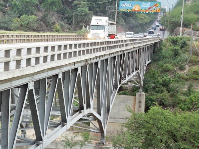 eN EL  km 84 de la ruta al Atlántico se halla  el puente Chetumal,  en  El Rancho,  San  Agustín Acasaguastlán, el cual  tiene daños en una de las bases.