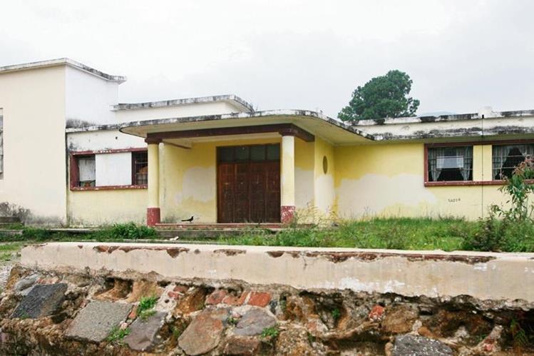 abandonada se observa la fachada de la Escuela Tipo Federación José de San Martín, en Mixco, que necesita remozamiento y mantenimiento. En la izquierda, una imagen de cómo lucía en 1949.