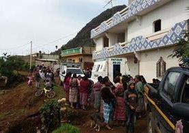 Socorristas permanecen en vivienda ubicada en la aldea Xejolón, Patzún, Chimaltenango, donde fueron hallados los cadáveres de tres hermanas. (Foto Prensa Libre: Víctor Chamalé)