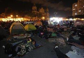 Maestros pernoctan en el centro capitalino, en protesta contra de descuentos salariales.