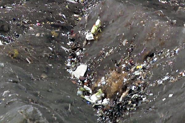 Los restos del avión Germanwings en el lugar del accidente en los Alpes franceses. (Foto Prensa Libre:AFP).