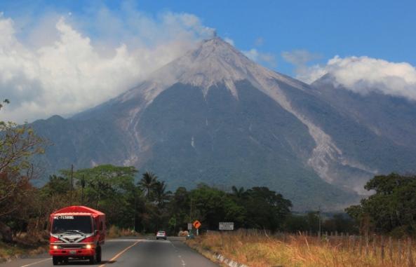 El volcán de Fuego, entre Escuintla, Chimaltenango y Sacatepéquez, es uno de los más activos del país. (Foto Prensa Libre: HemerotecaPL)
