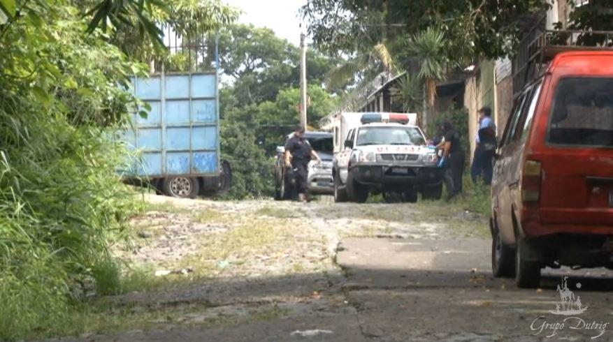 La policía custodia el lugar donde ocurrió el cuádruple crimen en El Salvador. (Foto: La Prensa Gráfica).
