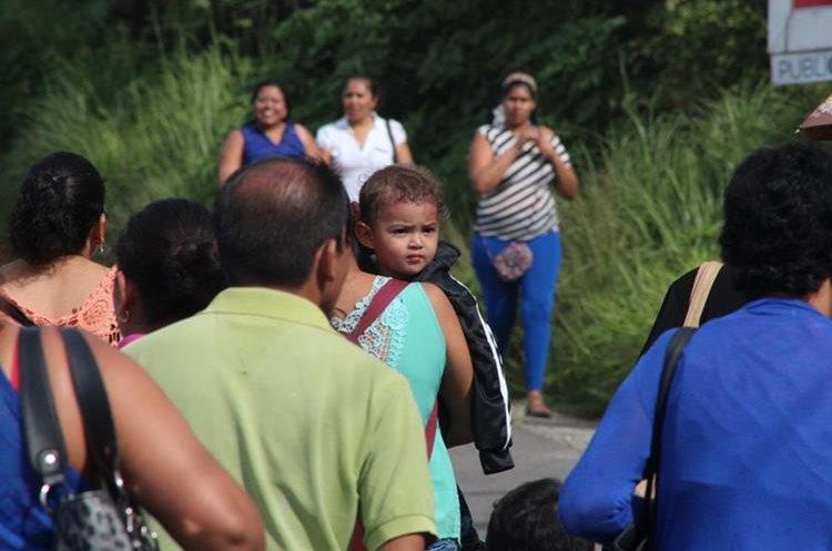Varias personas que se dirigían a centros asistenciales con sus niños tuvieron que bajarse a caminar.