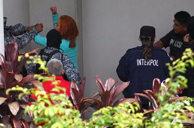 Marixa Lemus denunció agresión por parte de los agentes que la custodiaban en El Salvador.