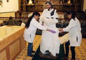 Con los cuidados necesarios, personal de Crea cubre la imagen de San José Patriarca para ser trasladada a la capital, donde será restaurada. (Foto Prensa Libre: Carlos Ventura)