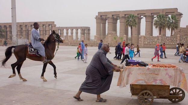 Lúxor, en la ribera del río Nilo, fue construida sobre las ruinas de la ciudad de Tebas, la capital del Imperio Nuevo de Antiguo Egipto y del IV nomo (distrito) de Alto Egipto. GETTY IMAGES