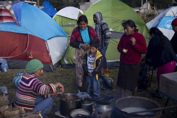 Pobladores de   comunidades afectadas por el terremoto viven en tiendas de campaña y cocinan   a la intemperie, después de  haber perdido sus casas.