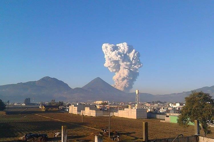 Volcán Santiaguito lanza ceniza sobre poblados cercanos.