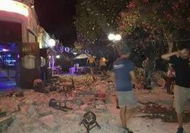 El sismo de 6.5 grados que sacudio Grecia, dejó serios daños en varios edificios y comercios. (Foto Prensa Libre: AP)