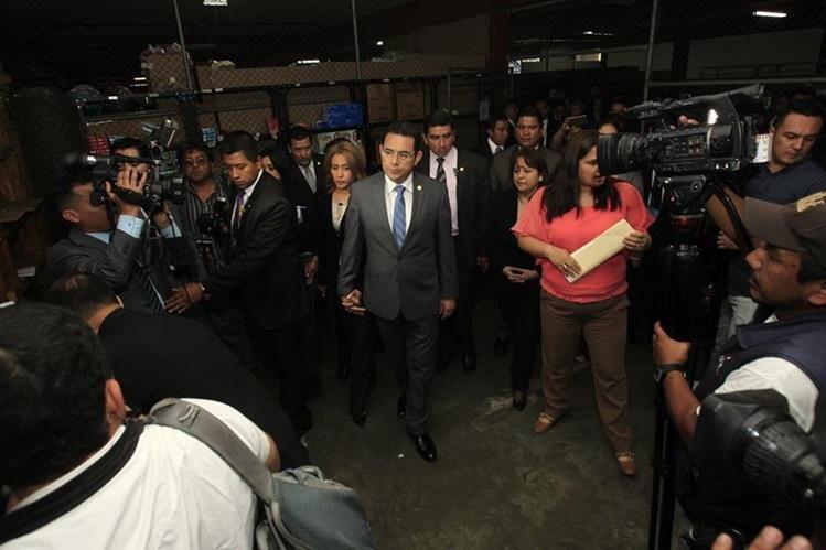 El Presidente Jimmy Morales cumple este sábado 48 años. En la foto, junto a su esposa Patricia de Morales, visitan la Secretar'a de Bienestar Social de la Presidencia. (Foto Prensa Libre: Hemeroteca PL)