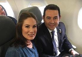 La comunicadora Gloria Calzada se tomó una fotografía junto al presidente de Guatemala, Jimmy Morales. (Foto Prensa Libre: Tomada de Facebook)