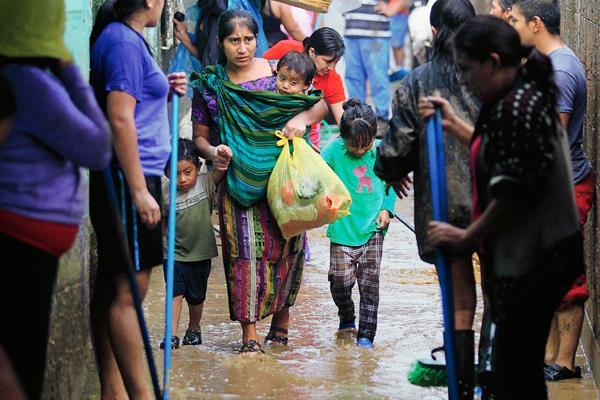 El pasado fin de semana se desbordó el río Platanitos inundando viviendas de vecinos en la aldea San Inés Petapa, San Migue Petapa. (Foto Prensa Libre: Edwin Bercián)