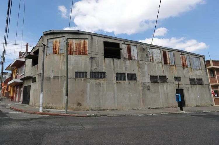 En este lugar, donde ahora hay una bodega, se encontraba la residencia de la familia Arjona Morales, en colonia Las Victorias, zona 1. (Foto Prensa Libre, Brenda Martínez).