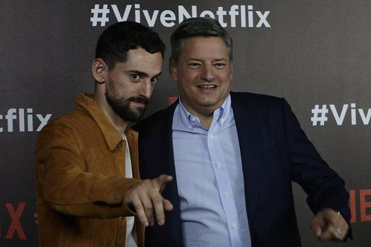 """El actor Luis Gerardo Méndez, izquierda, quien es """"Chava"""" en """"Club de Cuervos"""", junto a Ted Sarandos, director ejecutivo de Netflix (Foto Prensa Libre: AP)."""