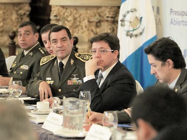 El ministro de Finanzas, Julio Héctor Estrada, escucha planteamientos de autoridades militares.