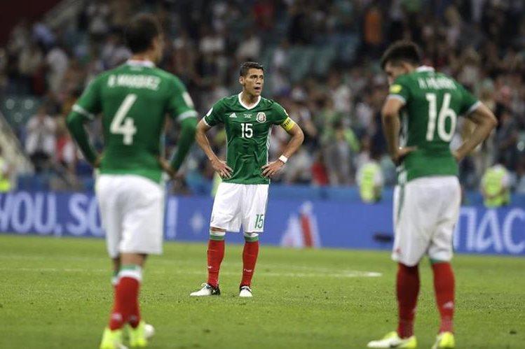 Rafael Márquez, Héctor Moreno y Héctor Herrera muestran su tristeza en la derrota de México contra Alemania. (Foto Prensa Libre: AP)