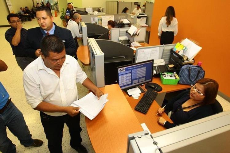 Representantes de la sociedad civil de Lanquín, Alta Verapaz, denunciaron a la alcaldesa Lilian Irlanda Coc Coy, en la sede central del MP, en el barrio Gerona, zona 1 de la capital. (Foto Prensa Libre: Álvaro Interiano)